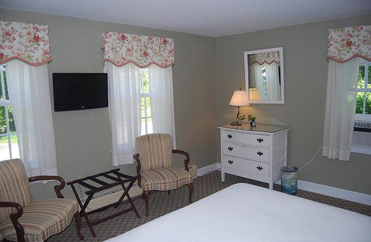Room 121 bedroom sitting area